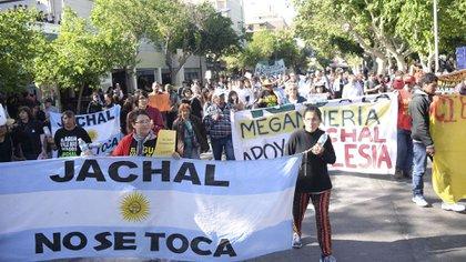 Los manifestantes de la ONG Jachal No Se Toca, que es querellante en una de las causas (Télam)
