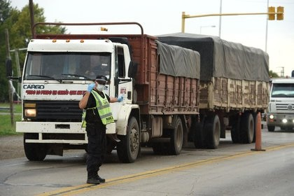 Por la fuerte caída de importaciones, Argentina podría alcanzar en 2020 un superávit comercial récord. (Reuters)