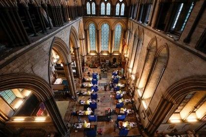Centro de vacunación en la catedral de Salisbury (Reuters)