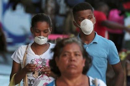 FOTO DE ARCHIVO. Personas usan mascarillas protectoras tras el brote de coronavirus (COVID-19) en Ciudad de Panamá, Panamá. 12 de marzo de 2020. REUTERS/Erick Marciscano.