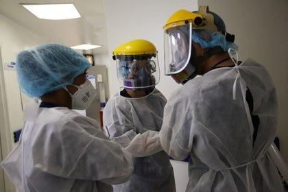 El personal médico habla entre sí antes de entrar en la Unidad de Cuidados Intensivos (UCI) para pacientes que sufren COVID-19 en el hospital El Tunal de Bogotá, Colombia, 12 de junio, 2020. REUTERS/Luisa González