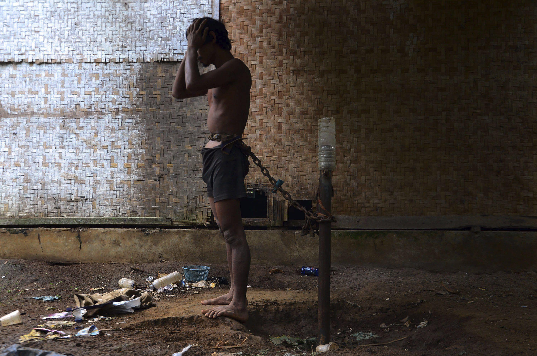 Un enfermo mental indonesio permanece encadenado a un poste en el patio trasero de su vivienda en la localidad de Lawang, Ciamis, Indonesia. EFE/DAENK/Archivo RESUMEN FOTOS DEL AÑO DE EPA 2017 FEBRERO