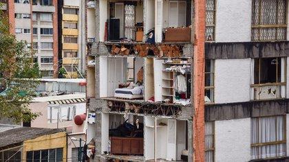 CIUDAD DE MÉXICO, 28SEPTIEMBRE2017.- Edificios y casas habitacionales de la colonia Narvarte, continúan desalojadas después de los daños estructurales que sufrieron debido al sismo de 7.1 grados del pasado 19 de septiembre. En la imagen, personas del edficio colapsado ubicado en J. Enrique Pestalozzi número 27, buscan ingresar para rescatar sus pertenencias.  FOTO: MARIO JASSO /CUARTOSCURO.COM