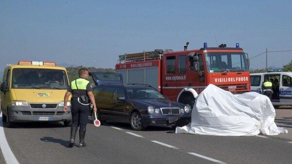El vehículo en el que se desplazaba George Clooney fue tapado con una tela blanca