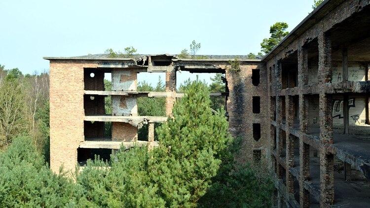 Los edificios en Prora se encuentran a 150 metros de la playa (shutterstock)