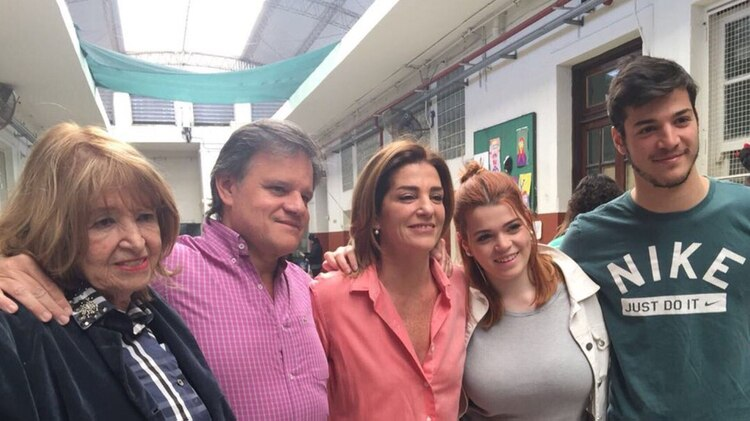 Débora Pérez Volpin con parte de su familia (Foto Instagram/@deperezvolpin)