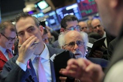 Corredores de bolsa en una jornada de pérdidas (Reuters)