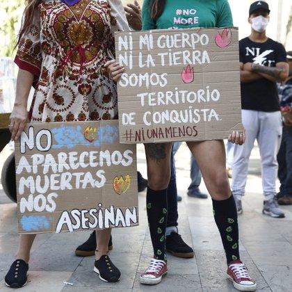 Dos mujeres asistirán a una sesión el 19 de junio de 2020 para protestar por los asesinatos de mujeres en el país este año, especialmente durante la cuarentena nacional para prevenir la propagación del COVID-19 en Medellín, Colombia.  EFE / Luis Eduardo Noriega A.