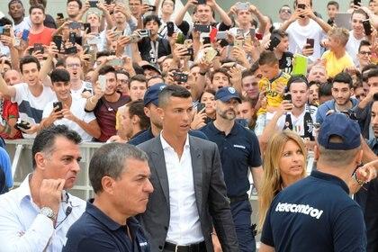 Cristiano Ronaldo habló sobre su falta de privacidad cuando va a un sitio público (REUTERS)