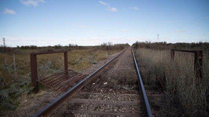 En este cruce de vías muertas con la Ruta Nacional 3 es donde la mujer aseguró que dejó a Facundo (Lihueel Althabe)