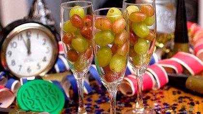 Durante cada una de las 12 campanadas de año nuevo se debe comer una uva (Foto: Shutterstock)