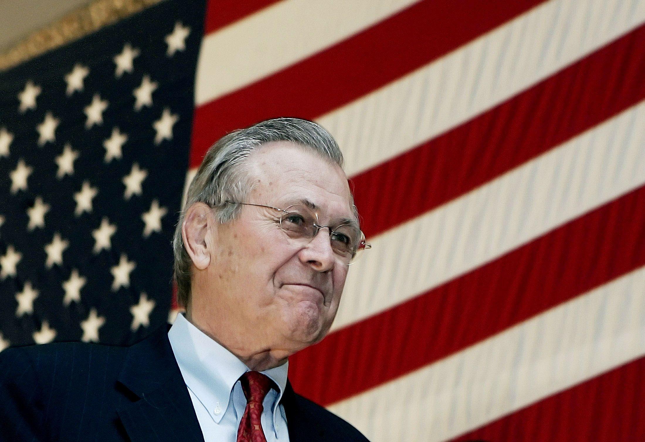 El Secretario de Defensa de Estados Unidos, Donald Rumsfeld, llega al escenario para dirigirse a las tropas en Bagram, Afganistán, el 22 de diciembre de 2005 (Foto: REUTERS/Jim Young)