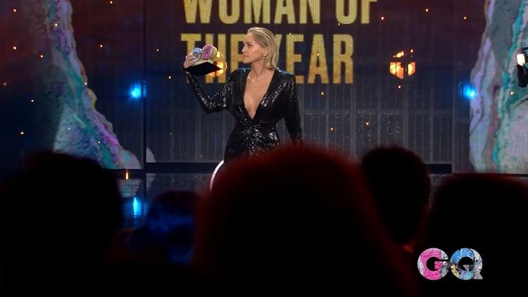 Sharon Stone se llevó el premio a la mujer del año de la revista GQ y recreó aquella mítica escena sobre el escenario
