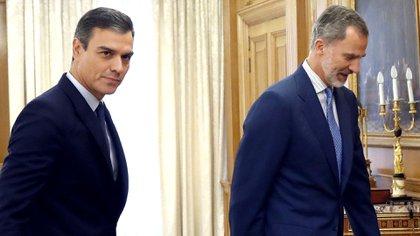 El Rey Felipe de España y el presidente Pedro Sánchez caminan antes de su reunión este martes en el Palacio de la Zarzuela en Madrid (Andrés Ballesteros/Piscina a través de REUTERS)