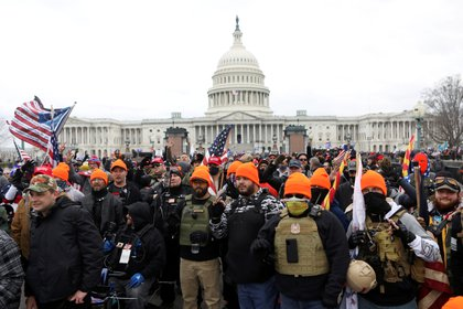 Miembros del grupo extremista Proud Boys posan con un gesto popular en los sectores de supremacismo blanco (Reuters)