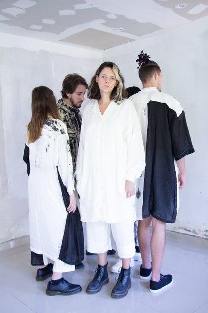 Lucía Chain diseña indumentaria de mujer y de hombre. Una vez que ya está confeccionada la prenda, el tinte del color es natural