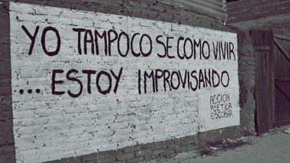 Barrios de todas clases sociales despiertan con alguna pared pintada de poesía, como esta en Escobar