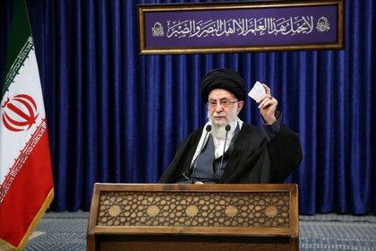 El líder supremo de Irán, el ayatollah Ali Khamenei, pronuncia un discurso televisado en Teherán donde anunció la prohibición de importar vacunas de los Estados Unidos, Alemania y el Reino Unido (Reuters)