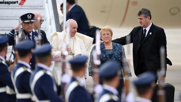 Francisco fue recibido por la presidente Michelle Bachelet (AFP)