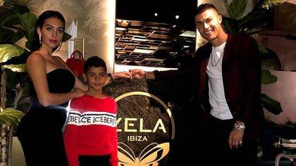 Georgina junto a Cristiano Ronaldo y Cristiano Jr., el hijo mayor del futbolista (@Cristiano)