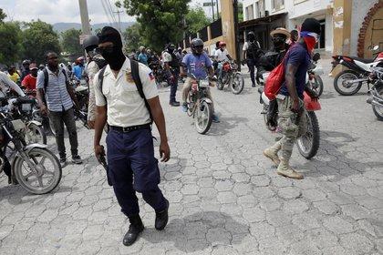 Manifestantes con uniformes de policía llevan armas durante una protesta organizada por el grupo Fantom 509 (REUTERS/Andrés Martínez Casares)