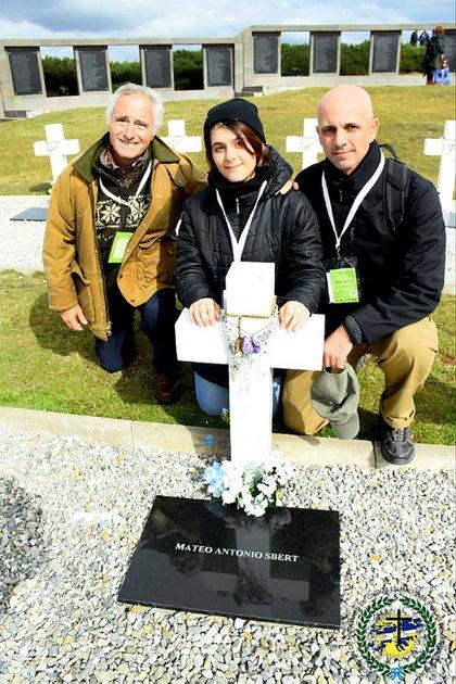 Fernández Funes junto con el hijo y la nieta de Mateo Sbert, héroe caído en el combate de Top Malo House. Foto: Gentileza Mauricio Fernández Funes.