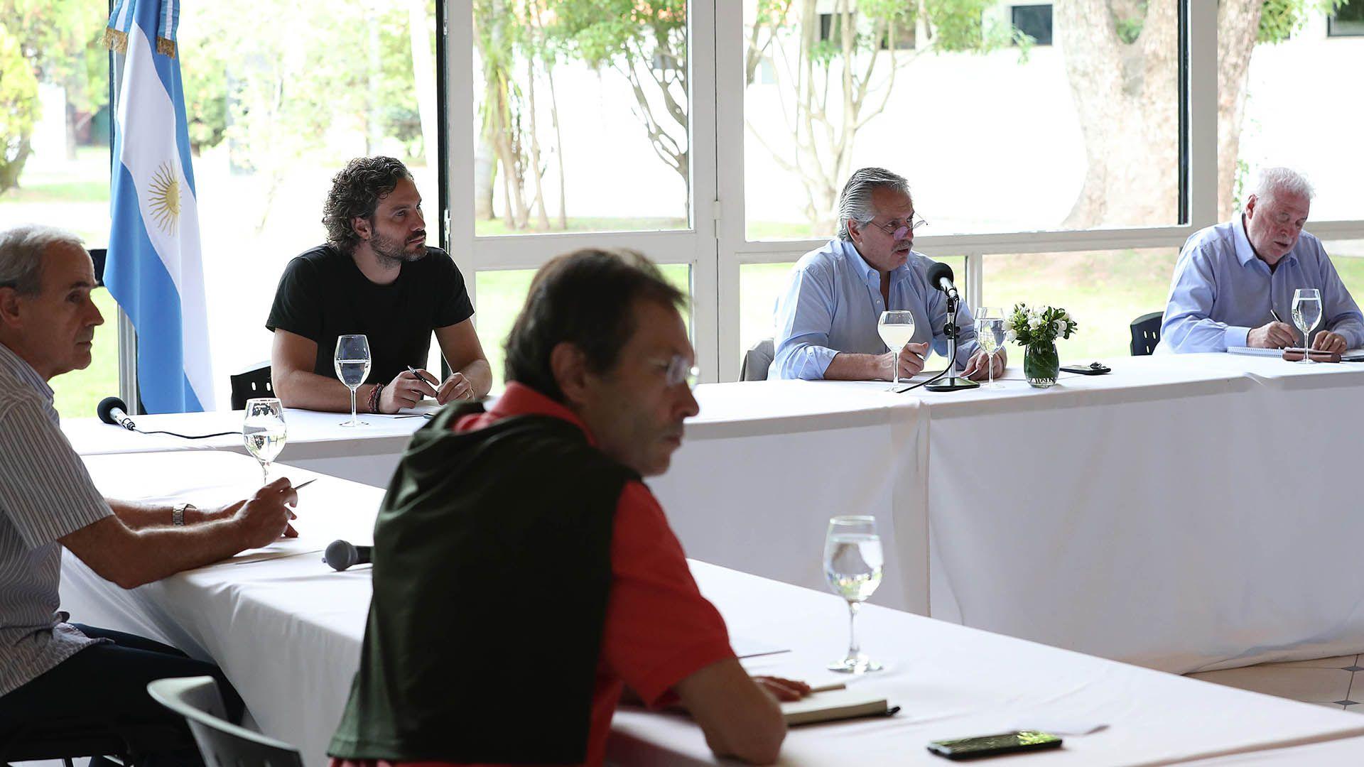 Alberto Fernández junto al jefe de Gabinete, Santiago Cafiero, y el ministro de Salud