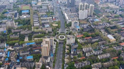 Foto aérea tomada el 26 de marzo de 2020 muestra carreteras casi vacías en Wuhan, en la provincia central de Hubei en China, donde se originó el brote de coronavirus (Photo by STR / AFP)