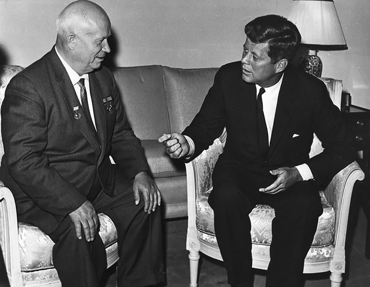 Nikita Khrushchev y John F. Kennedy en Viena, en 1961. Eran tiempos de Guerra Fría y la carrera armamentística ponía en riesgo al mundo entero (AP)