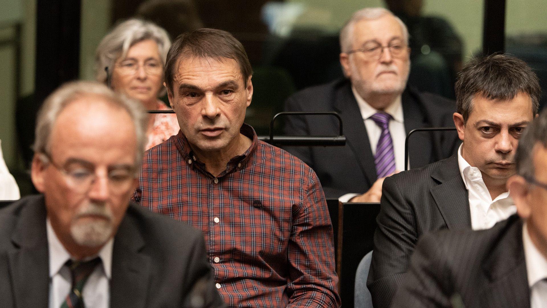 Primera audiencia del juicio contra Jaime. Alfredo Pielach de camisa a cuadros y a su lado Lisandro López (Adrián Escandar)
