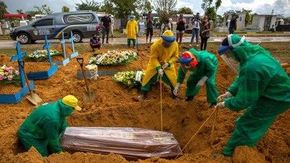 La última semana Brasil llegó a registrar más de 2.000 muertes diarios durante tres días seguidos (Photo by MICHAEL DANTAS / AFP)