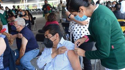Vacunación contra COVID-19 a maestros en CDMX: sedes, horarios y todo lo que tienes que saber