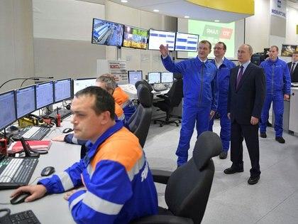 El presidente ruso, Vladimir Putin, inspecciona una planta de Yamal LNG, en el puerto ártico de Sabetta, distrito de Yamal-Nenets, Rusia. 8 de diciembre de 2017. Imagen proporcionada por un tercero. Sputnik/Alexei Druzhinin/Kremlin vía REUTERS.