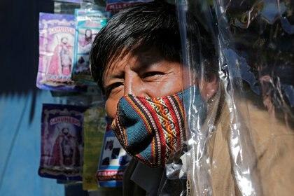Un hombre usando tapabocas en Bolivia