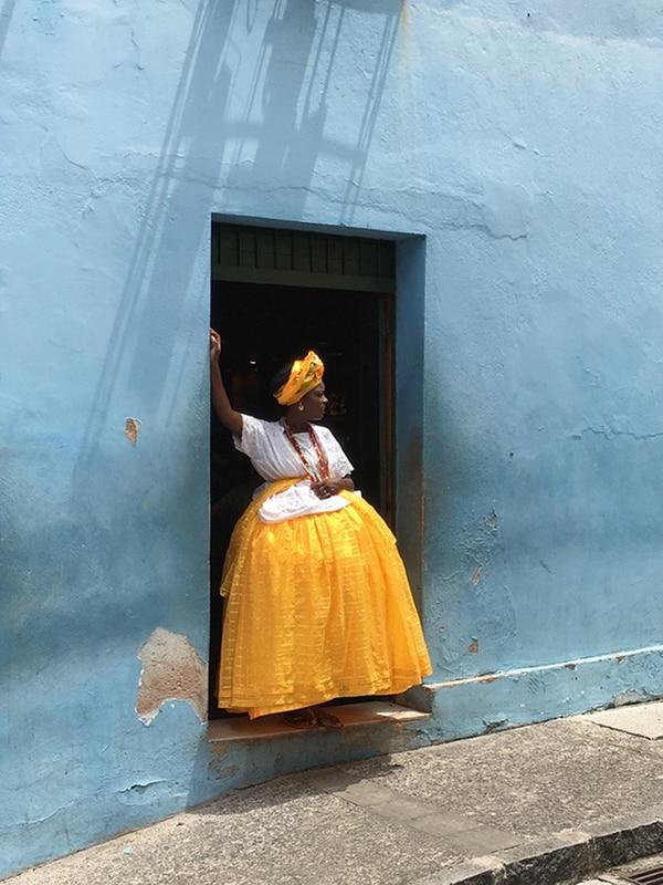 """El primer puesto en esa misma categoría fue Alexandre Weber (Suiza) con la foto """"Baiana in yellow and blue (Baiana en amarillo y azul) que fue tomada en Salvador de Bahía, Brasil."""