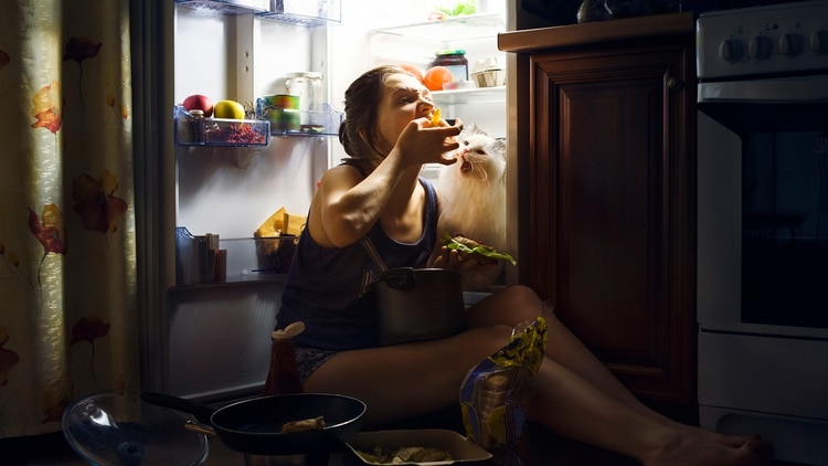 Una buena nutrición es esencial para una buena salud y es importante que no desarrollemos hábitos alimenticios menos saludables en tiempos de pandemia (Shutterstock)