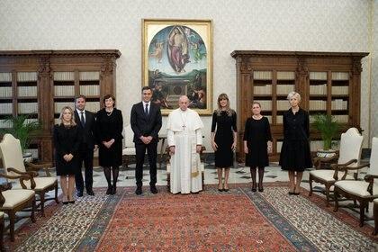 Delegación española con el Papa Francisco.  Vatican Media / Guide via REUTERS