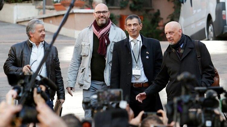 El periodista Pedro Salinas, que denunció abusos en Perú, y las víctimas Francois Devaux, Francesco Zanardi y Peter Iseley (REUTERS/Remo Casilli)