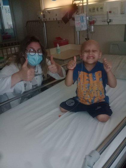 Thiago en el hospital Garrahan, con una de las oncólogas de guardia