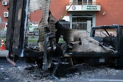 Restos de un camión quemado frente a la puerta del 9º Batallón de Policía Militar en Criciúma (REUTERS / Guilherme Ferreira)