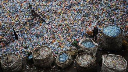 Un trabajador recoge las botellas de plástico en Wuhan, China (Getty Images)