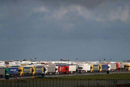 Camiones estacionados en el aeropuerto Manston (REUTERS/Peter Nicholls)