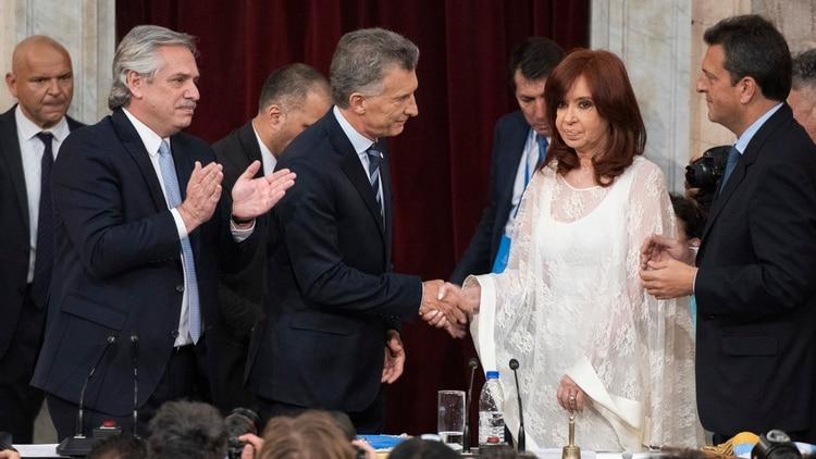 El frío saludo entre Mauricio Macri y Cristina Kirchner