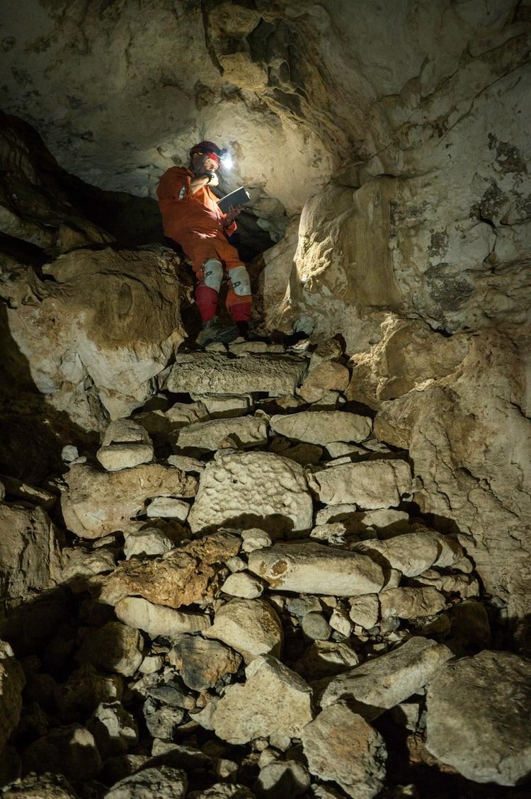 Los investigadores mostraron las imágenes al interior de la cueva (Foto: Karla Ortega)