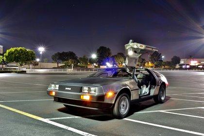 El auto, en el estacionamiento donde ser grabó el primer viaje en el tiempo de Volver al Futuro.