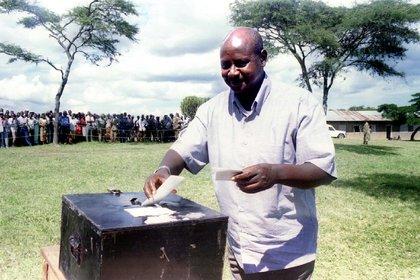 Museveni deposita su voto en su ciudad natal, Mbarara, a 370 kilómetros de Kampala, el 9 de mayo de 1996 (REUTERS/File Photo)