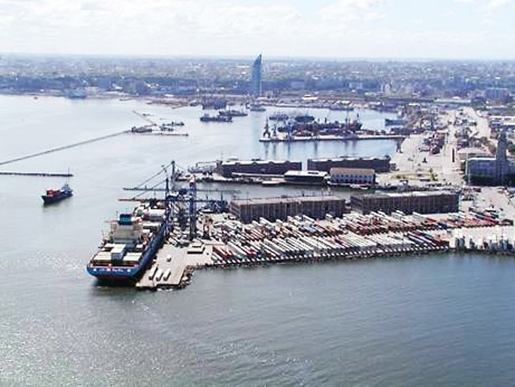 El puerto de Montevideo, centro de aprovisionamiento y logística de gran parte de los buques que pescan ilegalmente en Mar Argentino
