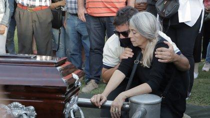 Los padres de Ursula, durante su entierro (Lihueel Althabe)