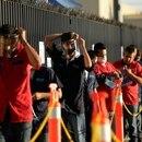 Imagen de archivo. Empleados de Flex, una empresa que fabrica productos especializados para el sector automotor, ajustan sus mascarillas protectoras a la espera de poder ingresar a la planta durante el primer día de la reapertura gradual de la economía para industrias