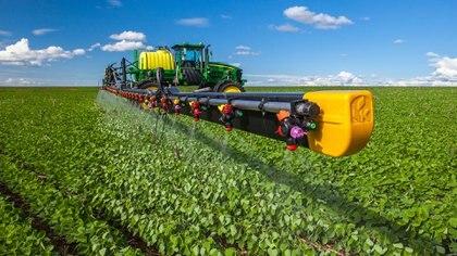 Una pulverizadora en acción. No son máquinas chiquitas. Con los precios actuales, el agro aportaría este año un extra de USD 9.000 millones de exportación y de $180.000 millones de ingresos por retenciones